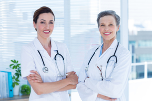 Portrait of smiling medical colleagues with arms crossedの写真素材 [FYI00008424]