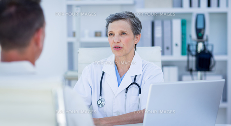 Female doctor speaking with her patientの素材 [FYI00008442]