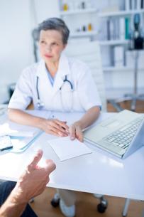 Female doctor giving prescription to her patientの写真素材 [FYI00008445]