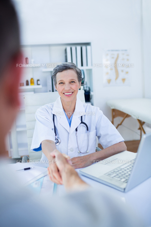 Female doctor hand shaking with patientの写真素材 [FYI00008448]