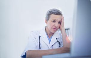 Female doctor using her laptop computerの写真素材 [FYI00008449]