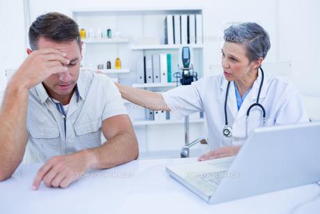 Doctor speaking to her sad patientの写真素材 [FYI00008450]