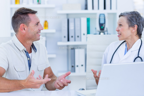Female doctor speaking with her patientの素材 [FYI00008455]