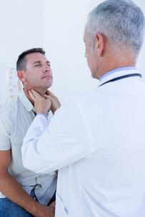 Doctor examining his patient neckの写真素材 [FYI00008458]