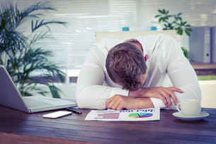 Exhausted businessman sleeping on the deskの写真素材 [FYI00008477]
