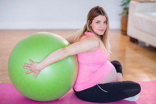 Pregnant woman doing exercise with exercise ballの写真素材 [FYI00008554]