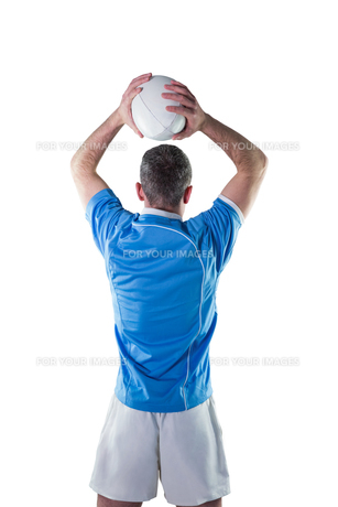 Rugby player about to throw a rugby ballの素材 [FYI00008649]