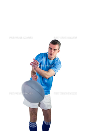 Rugby player throwing a rugby ballの写真素材 [FYI00008661]