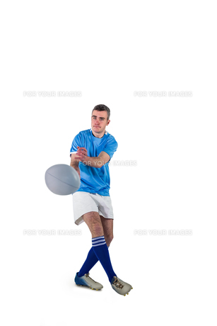 Rugby player throwing a rugby ballの写真素材 [FYI00008665]