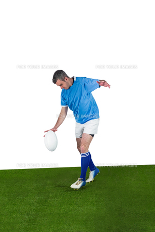 Rugby player kicking a rugby ballの素材 [FYI00008668]