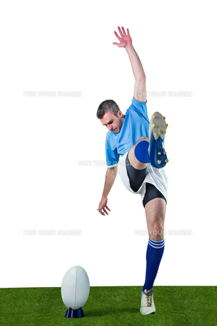 Rugby player doing a drop kickの写真素材 [FYI00008671]