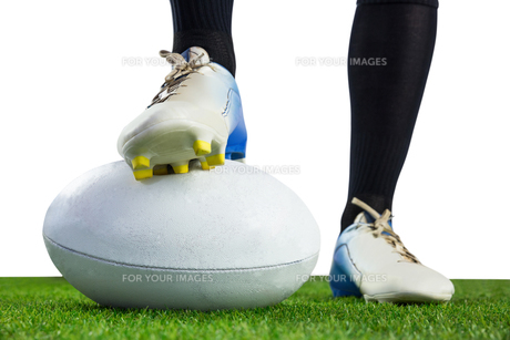 Rugby player posing feet on the ballの写真素材 [FYI00008682]