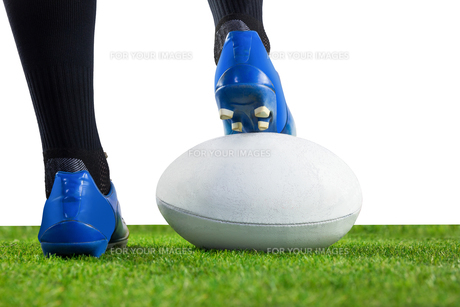 Rugby player posing feet on the ballの写真素材 [FYI00008685]