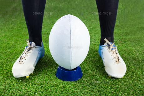 Rugby player ready to make a drop kickの素材 [FYI00008686]