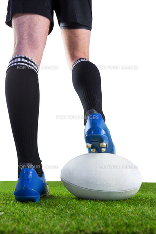 Rugby player posing feet on the ballの写真素材 [FYI00008692]
