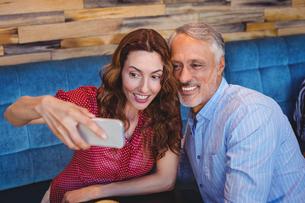 Couple taking a selfieの写真素材 [FYI00008703]