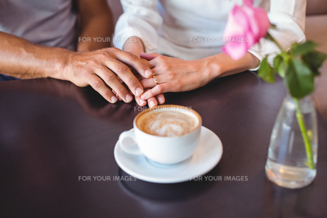 Cute couple drinking coffeeの写真素材 [FYI00008714]