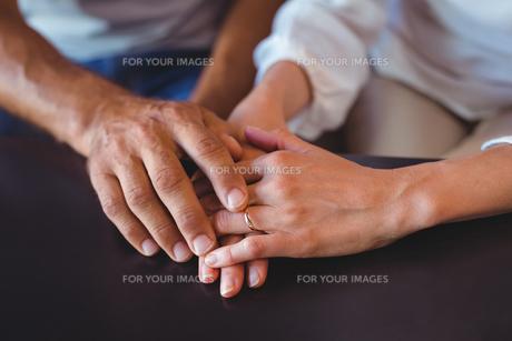Happy couple holding handsの写真素材 [FYI00008719]