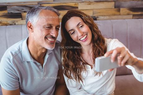 Couple taking a selfieの写真素材 [FYI00008723]