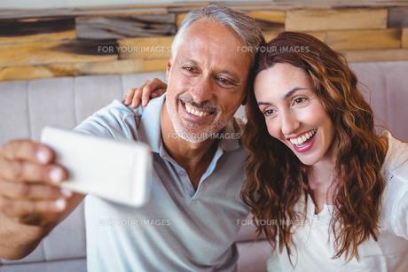 Couple taking a selfieの写真素材 [FYI00008725]
