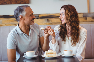 Casual couple having coffee and cake togetherの写真素材 [FYI00008726]
