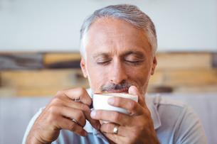 Man sitting in cafe having coffeeの写真素材 [FYI00008732]