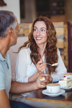 Casual couple having coffee and cake togetherの写真素材 [FYI00008735]