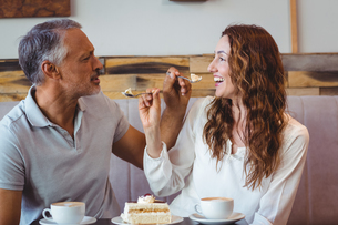 Casual couple having coffee and cake togetherの写真素材 [FYI00008738]