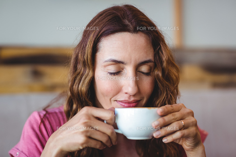 Young woman having a coffeeの写真素材 [FYI00008739]