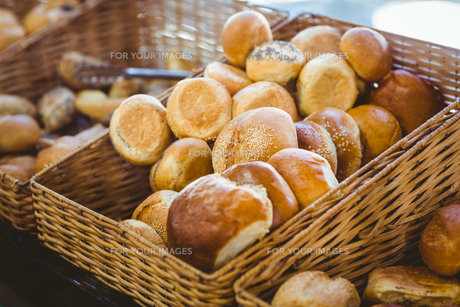 Basket filling with delicious breadの写真素材 [FYI00008746]