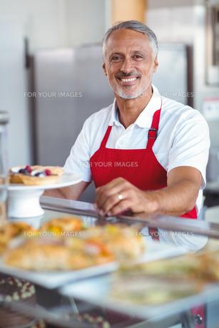 Barista smiling at camera behind counterの写真素材 [FYI00008758]