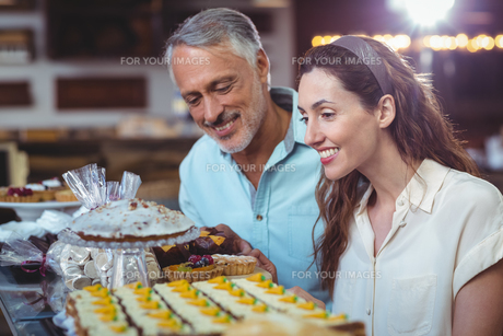 Cute couple looking at cakesの写真素材 [FYI00008772]