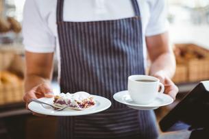 Smiling worker prepares breakfastの写真素材 [FYI00008778]