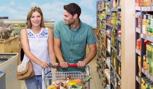 Portrait of smiling bright couple buying food productsの写真素材 [FYI00008782]