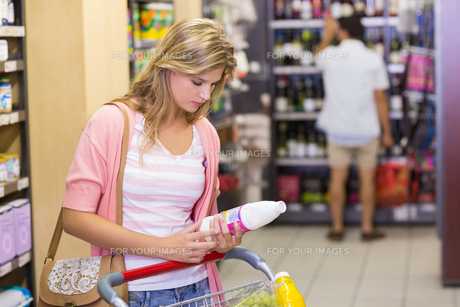 Pretty young woman buying a productsの素材 [FYI00008814]