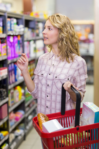 Pretty blonde woman buying a productsの素材 [FYI00008822]