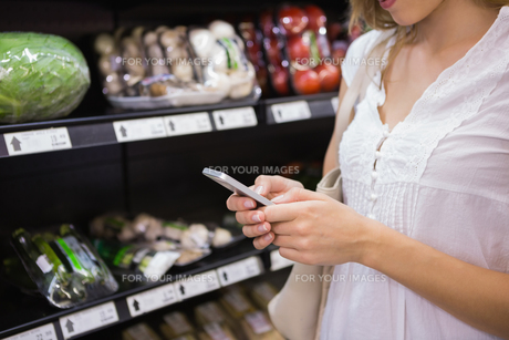 woman buy products and using his smartphoneの写真素材 [FYI00008870]