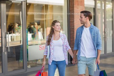 Happy couple walking holding handsの写真素材 [FYI00008884]
