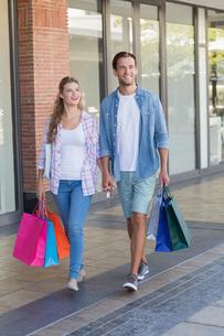 Happy couple walking holding handsの写真素材 [FYI00008890]