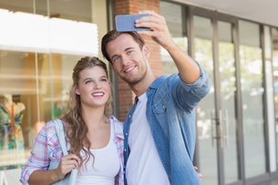 A smiling happy couple taking selfiesの写真素材 [FYI00008892]