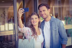 A smiling happy couple taking selfiesの素材 [FYI00008894]
