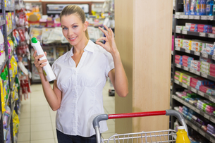 woman taking cleaning product in the shelf of aisleの素材 [FYI00008904]