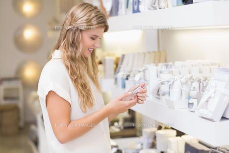 A pretty blonde woman in a perfumeryの素材 [FYI00008908]