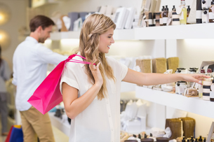A pretty blonde woman looking at beauty productの写真素材 [FYI00008911]