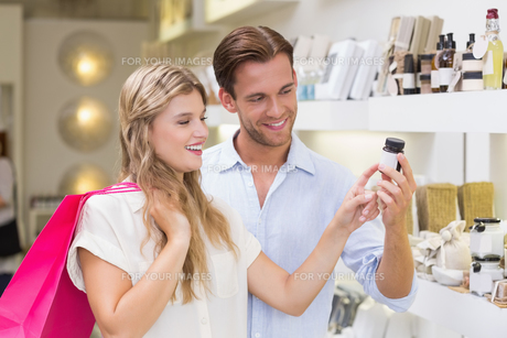 A couple testing a sample of beauty productsの写真素材 [FYI00008912]