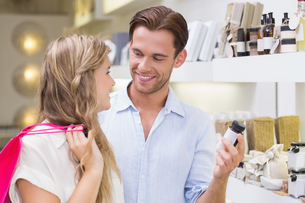 A couple testing a sample of beauty productsの写真素材 [FYI00008914]