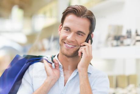 A happy smiling man callingの素材 [FYI00008918]