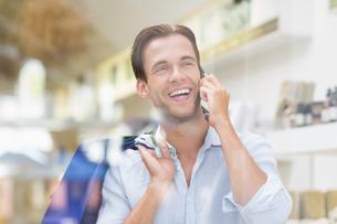 A happy smiling man callingの写真素材 [FYI00008921]
