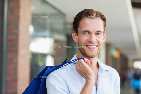 A smiling man with shopping bagsの素材 [FYI00008922]