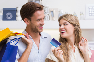 Portrait of a happy couple showing their new credit cardの写真素材 [FYI00008923]